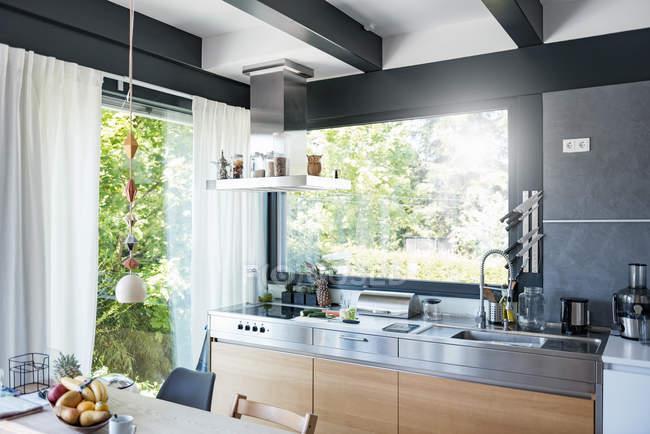 Інтер'єр сучасною кухнею — стокове фото