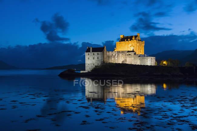 Royaume-Uni, Écosse, Dornie, Loch Duich, Eilean Donan Castle à l'heure bleue — Photo de stock