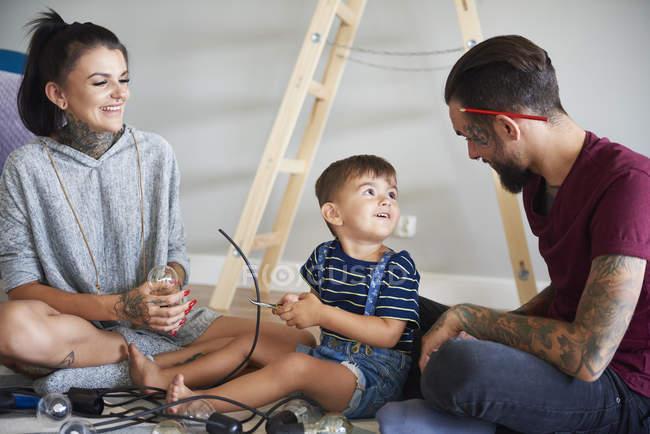 Счастливая современная семья украшает дом к Рождеству — стоковое фото