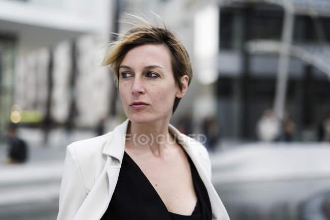 Porträt einer seriösen Geschäftsfrau, die durch die Stadt läuft — Stockfoto
