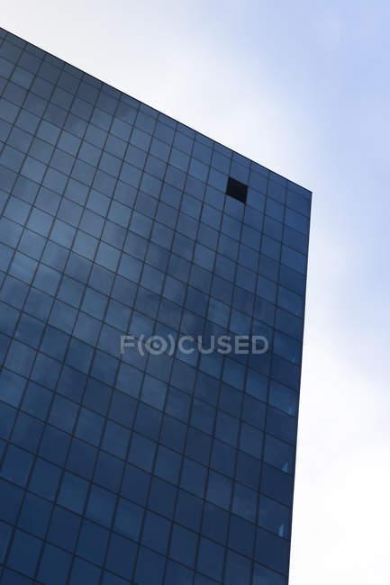 Polónia, Varsóvia, parte da fachada do edifício de escritórios moderno — Fotografia de Stock