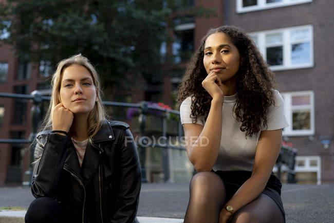 Deux copines en escapade à Amsterdam, Pays-Bas — Photo de stock