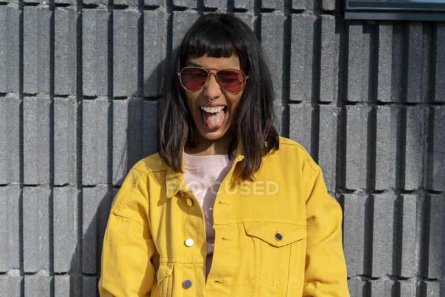 Ritratto di giovane donna, con giacca gialla di jeans — Foto stock