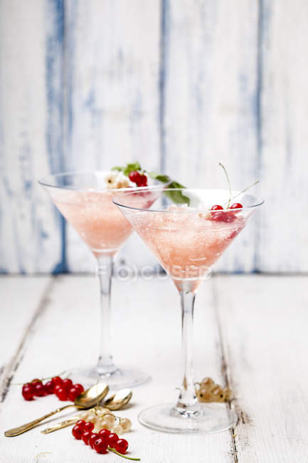Frose, роза slushie с красной смородиной — стоковое фото