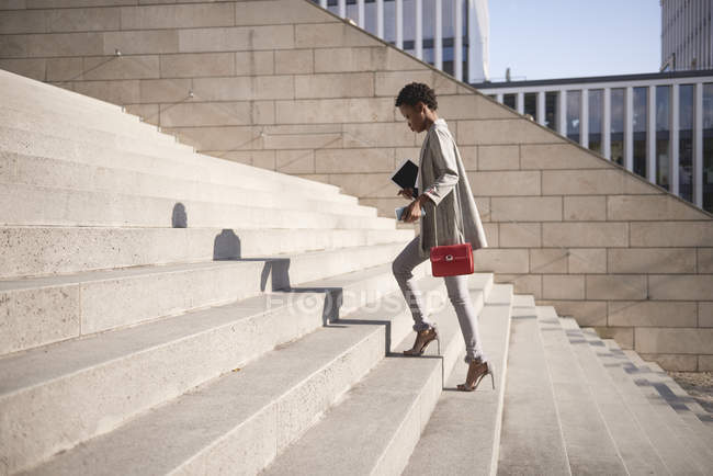 Geschäftsfrau geht Treppe hinauf — Stockfoto