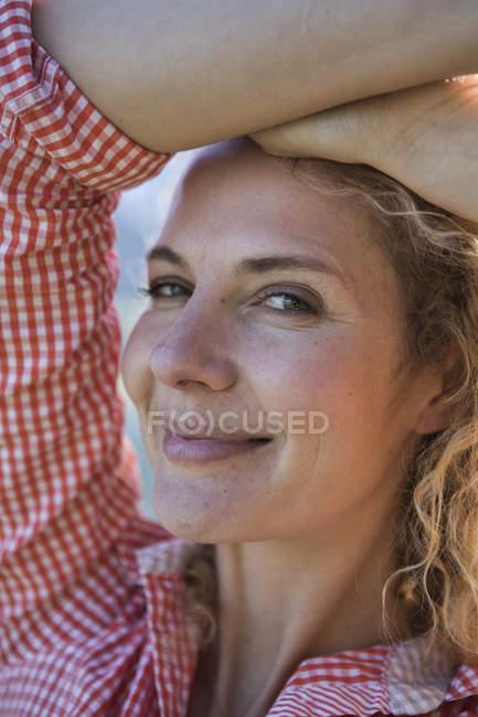 Retrato de mulher sorridente olhando para a câmera — Fotografia de Stock