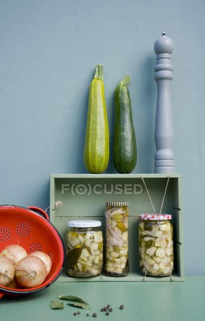 Courgettes conservées dans des lunettes, gros plan — Photo de stock