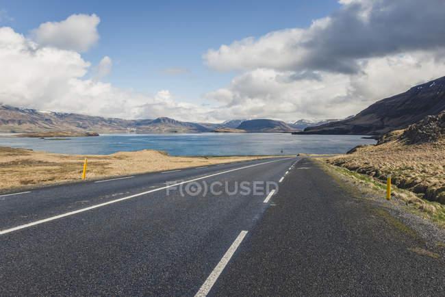 Исландия, пустая дорога в Хвалебердуре — стоковое фото