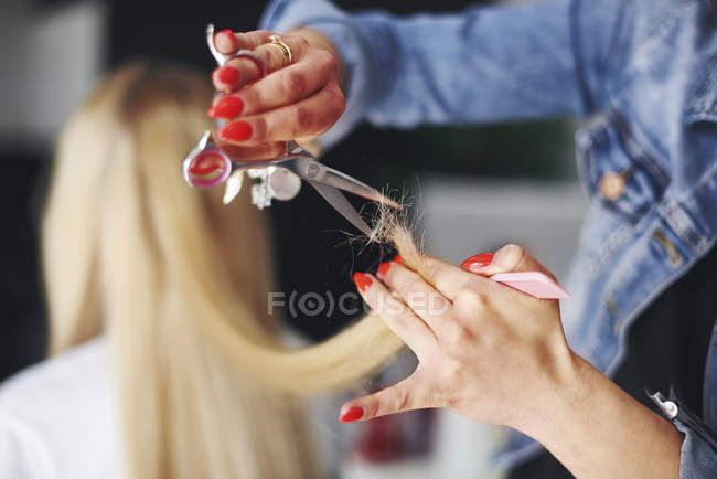 Primo piano del parrucchiere taglio capelli della donna — Foto stock