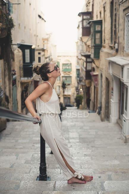 Дівчинка-підліток носити комбінезон — стокове фото