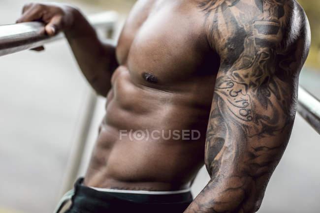 Татуированные бицепсы физического атлета, крупный план — стоковое фото