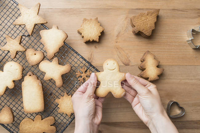 Woman's hands holding Gingerbread man — Stockfoto