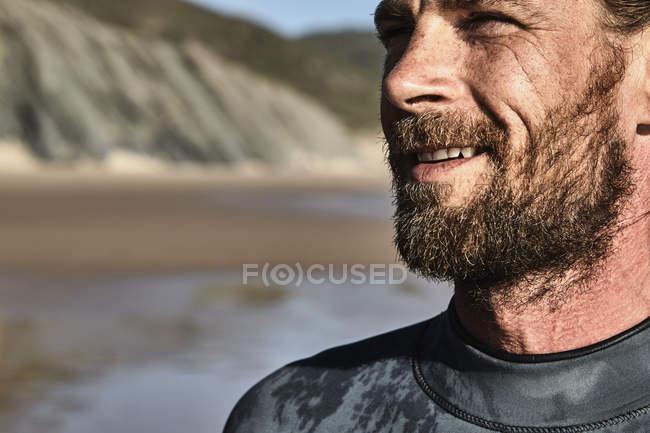 Retrato de confiante surfista masculino na praia — Fotografia de Stock