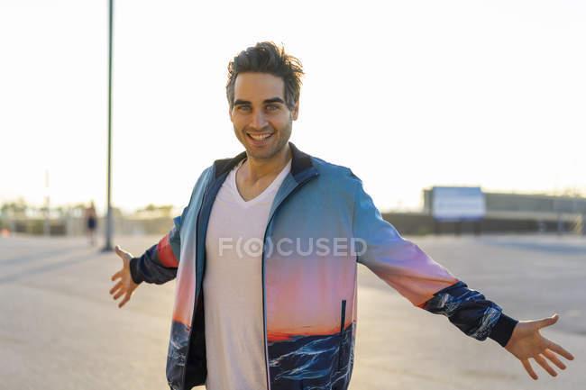 Homem feliz que está na cidade com os braços outstretched — Fotografia de Stock