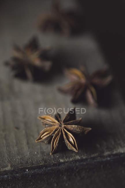 Anis Étoiles sur bois, gros plan — Photo de stock