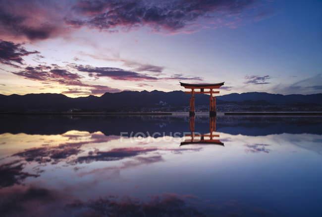 Японія, Хіросіма, Міядзіма, використову Shrine в Сето внутрішньому морі на заході сонця — стокове фото
