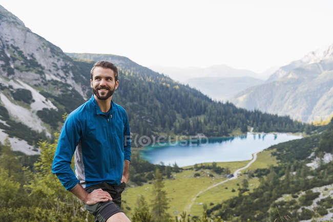 Áustria, Tirol, Caminhante fazendo uma pausa nas montanhas no Lago Seebensee — Fotografia de Stock