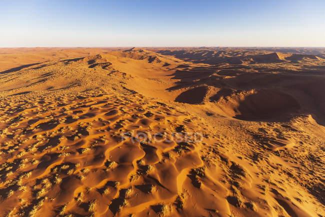 África, Namíbia, deserto de Namib, Parque Nacional de Namib-Naukluft, vista aérea de dunas do deserto — Fotografia de Stock