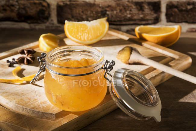 Frasco de preservação do marmelada alaranjado caseiro — Fotografia de Stock