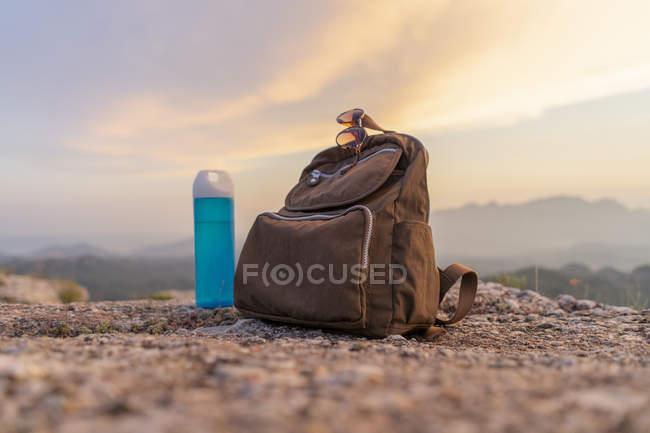 Primo piano dello zaino in montagna — Foto stock