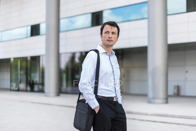 Porträt eines Geschäftsmannes in der Stadt — Stockfoto
