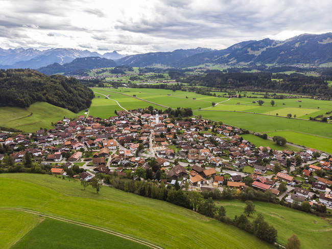 Germany, Bavaria, village houses in green countryside meadow — Stock Photo