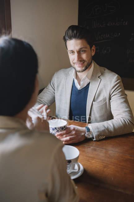 Elegantes Pärchen im Café — Stockfoto