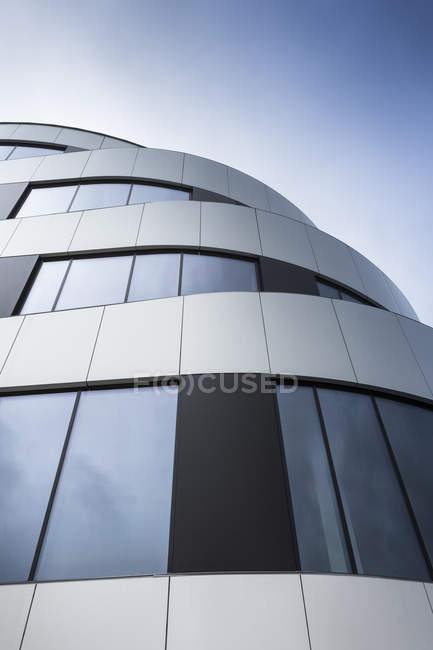 Польща, Краків, частина фасаду сучасного офісного будинку — стокове фото