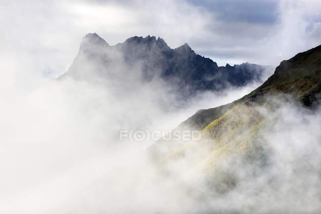 EUA, Alaska, Parque Nacional de Wrangell-St. Elias, montanhas na névoa — Fotografia de Stock