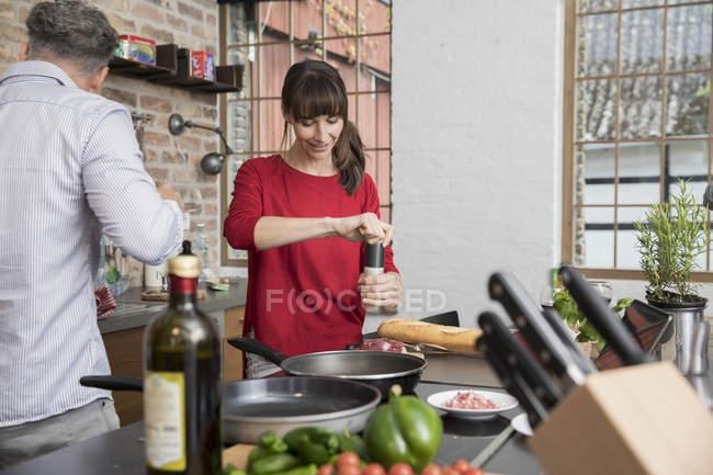 Casal na cozinha, preparando toghether comida — Fotografia de Stock