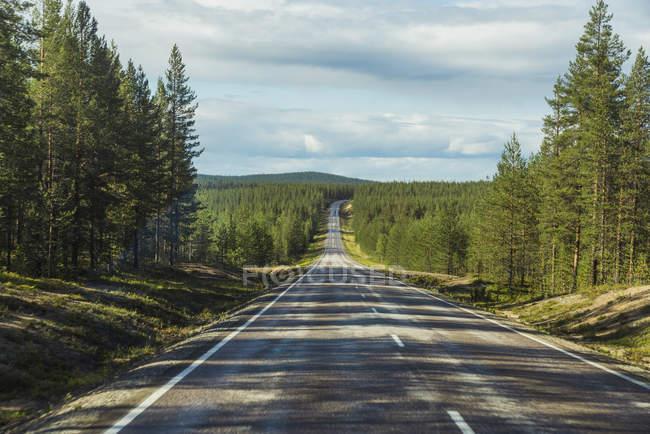 Фінляндія, Лапландія, порожня дорога країни — стокове фото