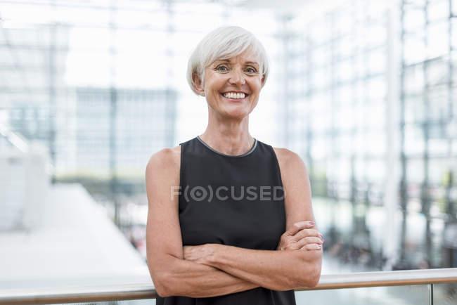 Portrait de femme âgée souriante portant une robe noire — Photo de stock