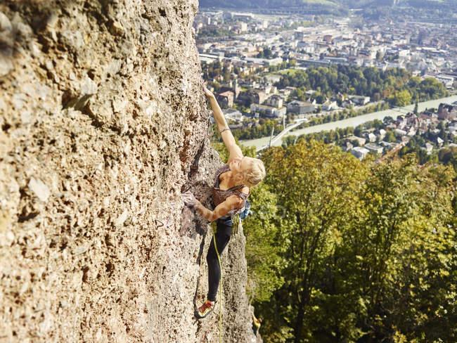 Австрія, Інсбрук, Готтінгенська каменоломня, жінка, що піднімається в кам'яній стіні. — стокове фото