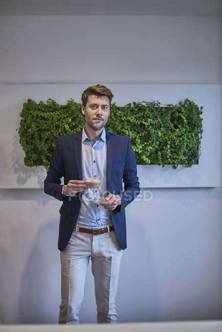 Retrato de hombre de negocios con taza de café - foto de stock