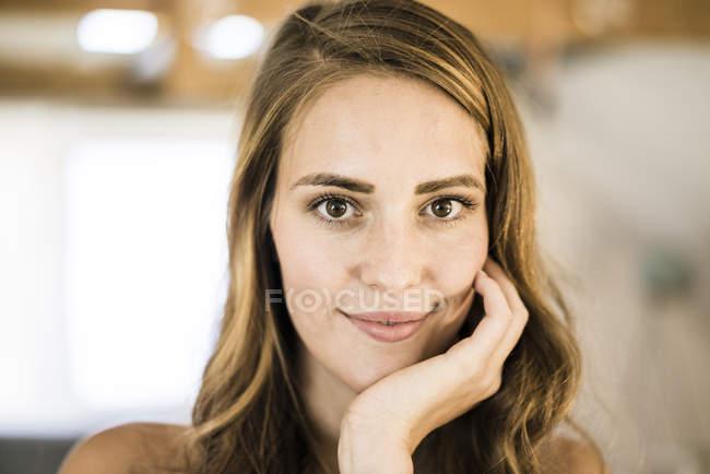 Ritratto di donna bruna sorridente su sfondo sfocato — Foto stock