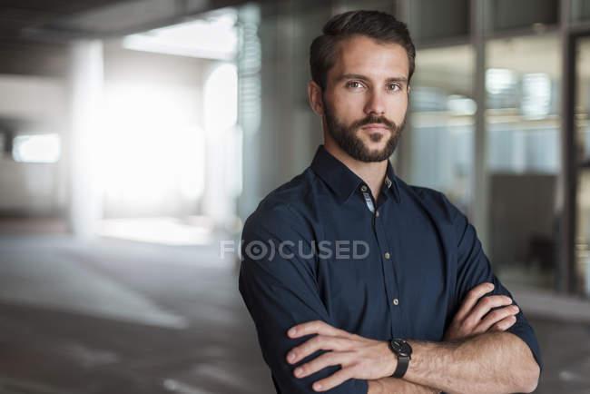 Porträt eines ernsthaften jungen Geschäftsmannes — Stockfoto