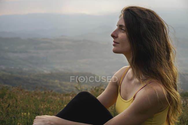 Іспанія, Барселона, портрет молодої жінки, що розслабляє на горі Montcau — стокове фото