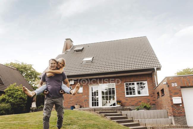 Feliz casal maduro se divertindo no jardim da casa — Fotografia de Stock