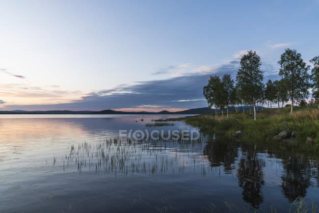 Финляндия, земля, свет над потрясающим озером — стоковое фото