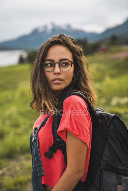 Young woman with a backpack traveling Norwegian Lapland — Stock Photo