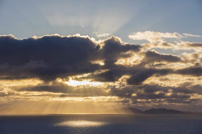 Великобритания, Шотландия, Внутренние острова, остров Скай, облачность на закате — стоковое фото