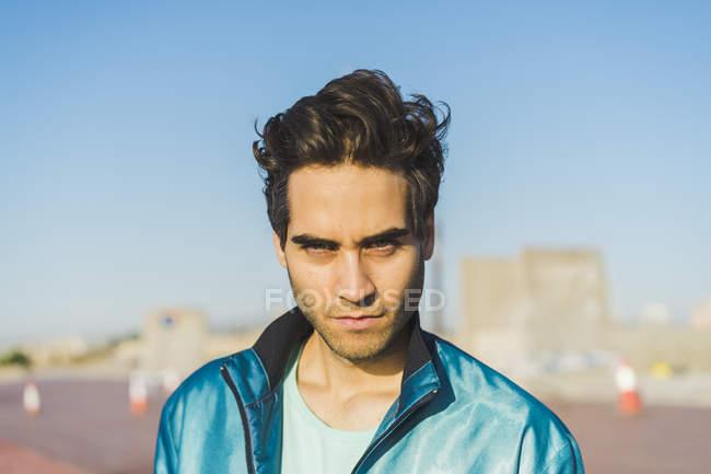 Homem olhando para a câmera, retrato — Fotografia de Stock