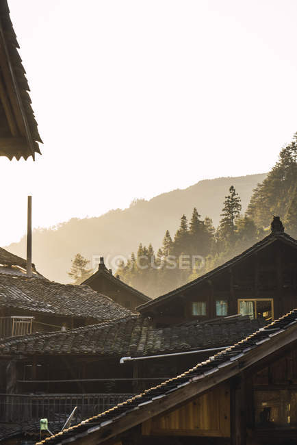 Chine, Guizhou, maisons d'un village Miao en contre-jour — Photo de stock