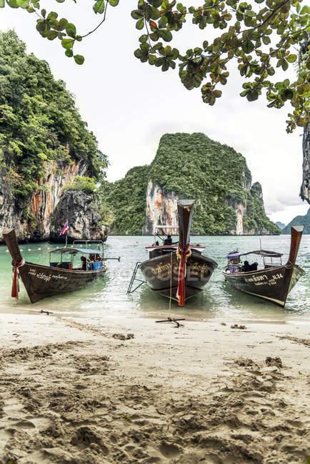 Thailand, Koh Yao Noi, drei typische Holzboote am Meer anlegen — Stockfoto