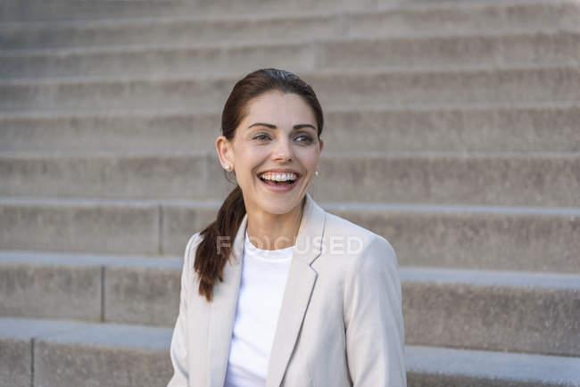Портрет сміючись ділової жінки — стокове фото