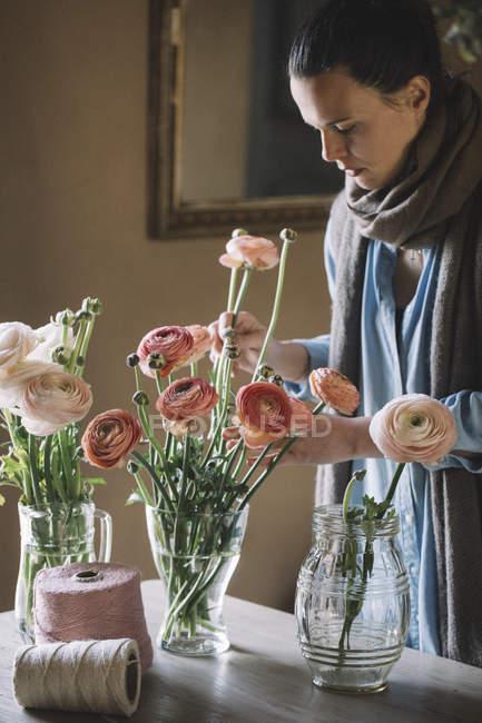 Жінка аранжування з живих квітів — стокове фото