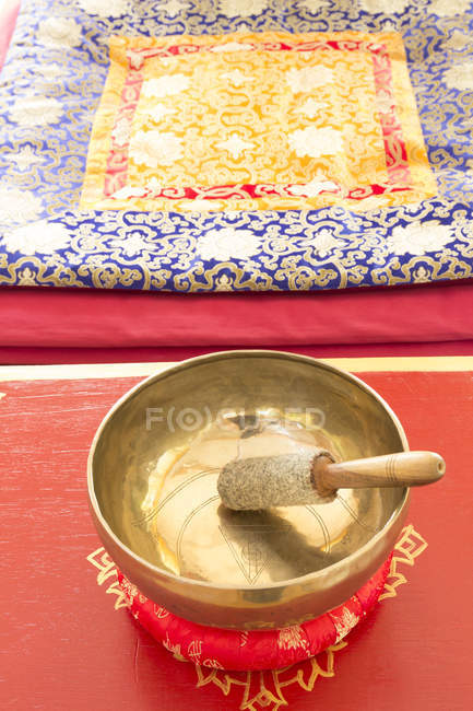 Singing bowl in meditation room — Stock Photo