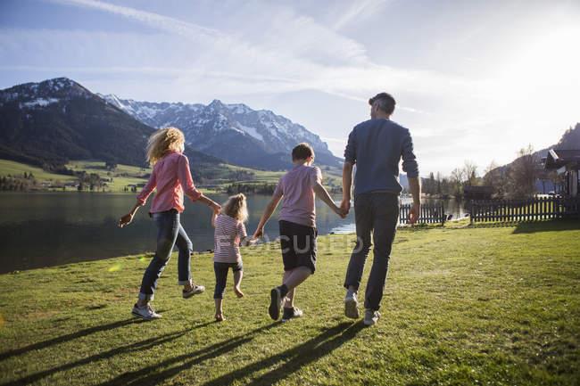 Austria, Tirolo, Walchsee, felice passeggiata in famiglia sul lungolago — Foto stock