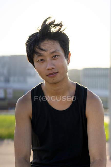 Retrato de un joven confiado al aire libre al atardecer - foto de stock