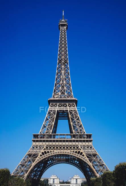 Франція, Париж, Ейфелева вежа проти синього неба — стокове фото